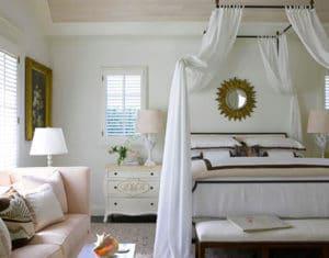 Ložnice s postelí s nebesy – ilustrační obrázek, zdroj