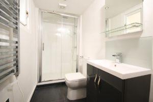 Světlá koupelna do malého bytu