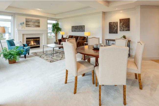 Obývací pokoj a jídelna v moderně vybaveném bytě