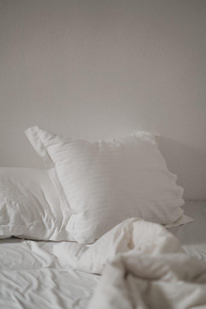 bílé povlečení, postel