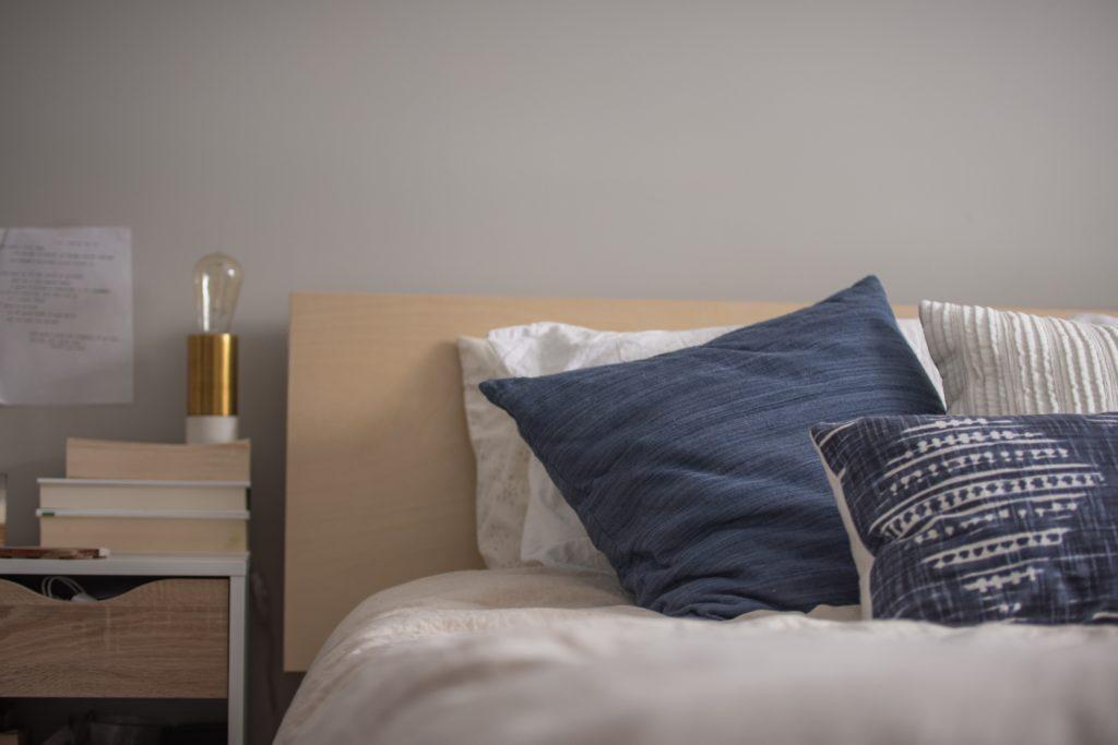 postel a dekorační polštářky