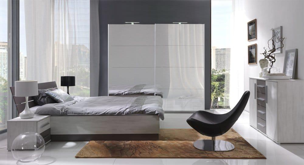 moderní ložnice  s bílými závěsy